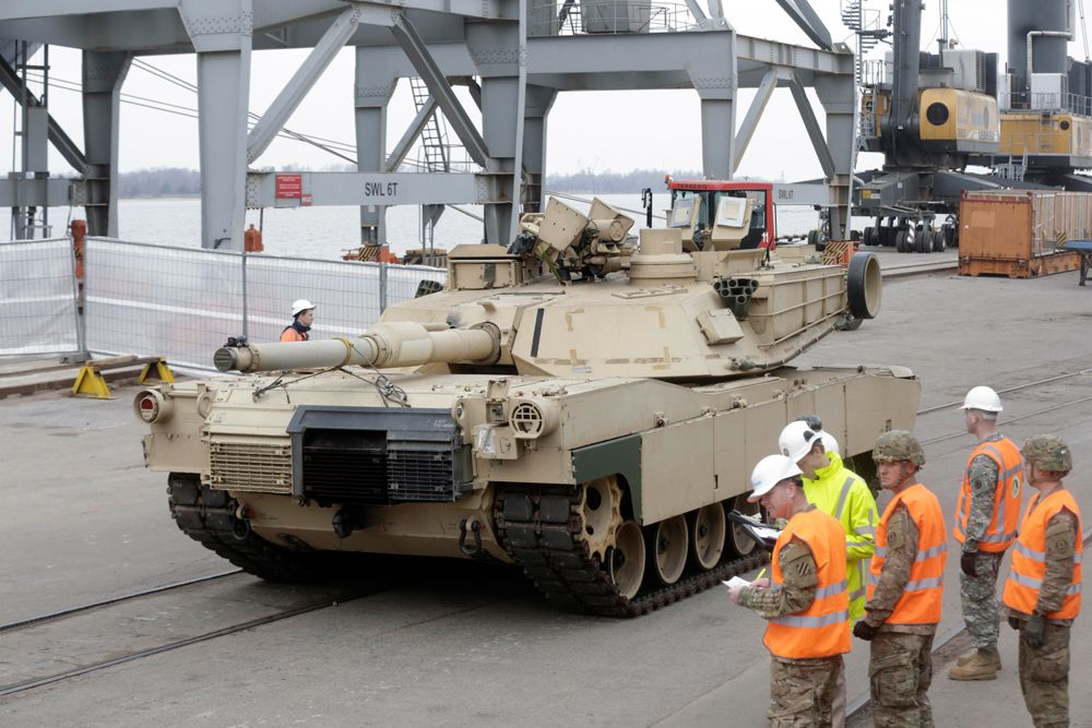 9 марта. Разгрузка американской бронетехники в морском порту Риги. Пресс-служба Минобороны Латвии сообщила о том, что более 120 единиц бронетехники, включая танки, были доставлены из США с целью укрепления безопасности стран Балтии.