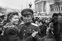 Женщина и офицер танцуют на улицах Вены после освобождения.