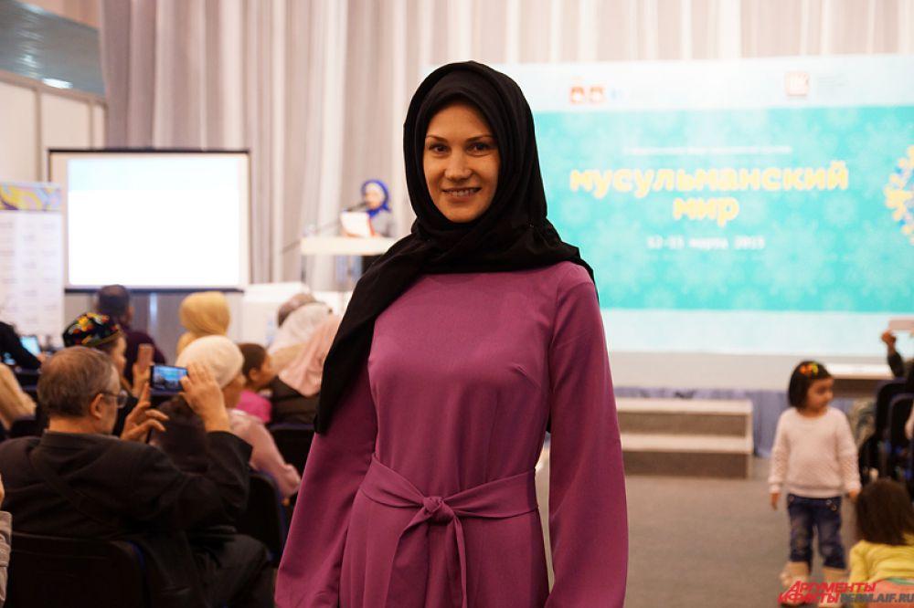 В первый день работы форума состоялся показ коллекций мусульманской женской одежды весна-лето 2015.