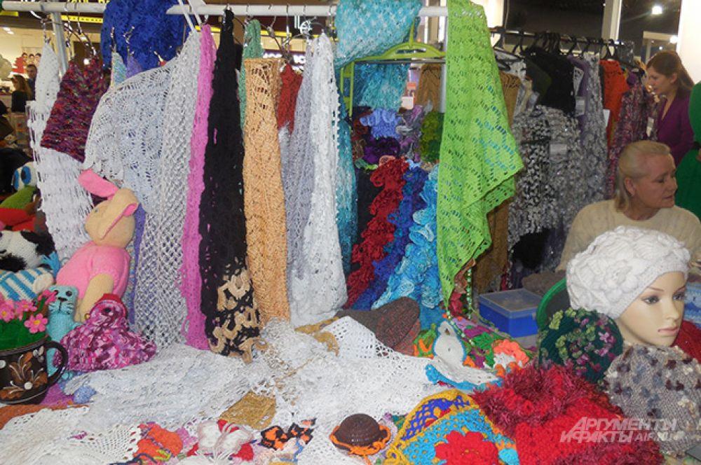 Особое внимание посетительниц выставки привлекли вязаные изделия.