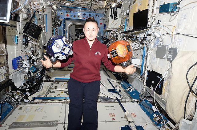 Елена Серова во время полёта в космос.