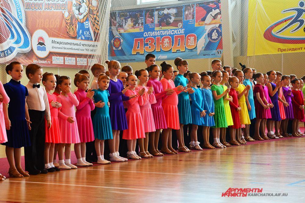 Совсем юные танцоры тоже.