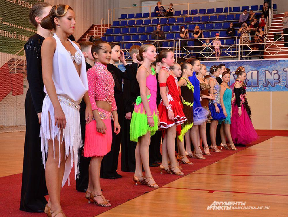 Танцоры выстроились для награждений.