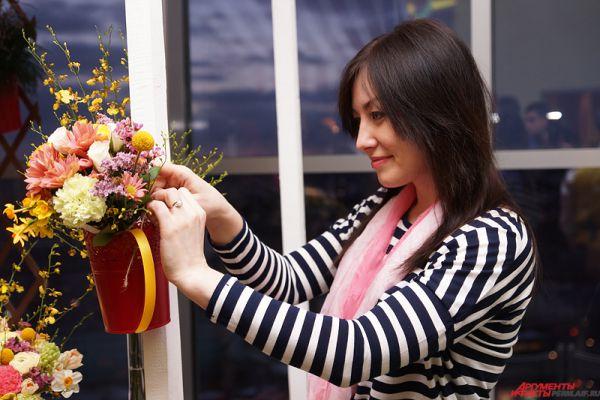 Флористы продемонстрировали мастерство составления ярких букетов.