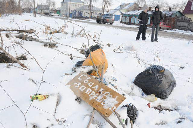 Добровольцам предстоит убрать мусор во время субботника.