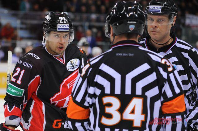 Сергей Широков спорит с арбитрами.