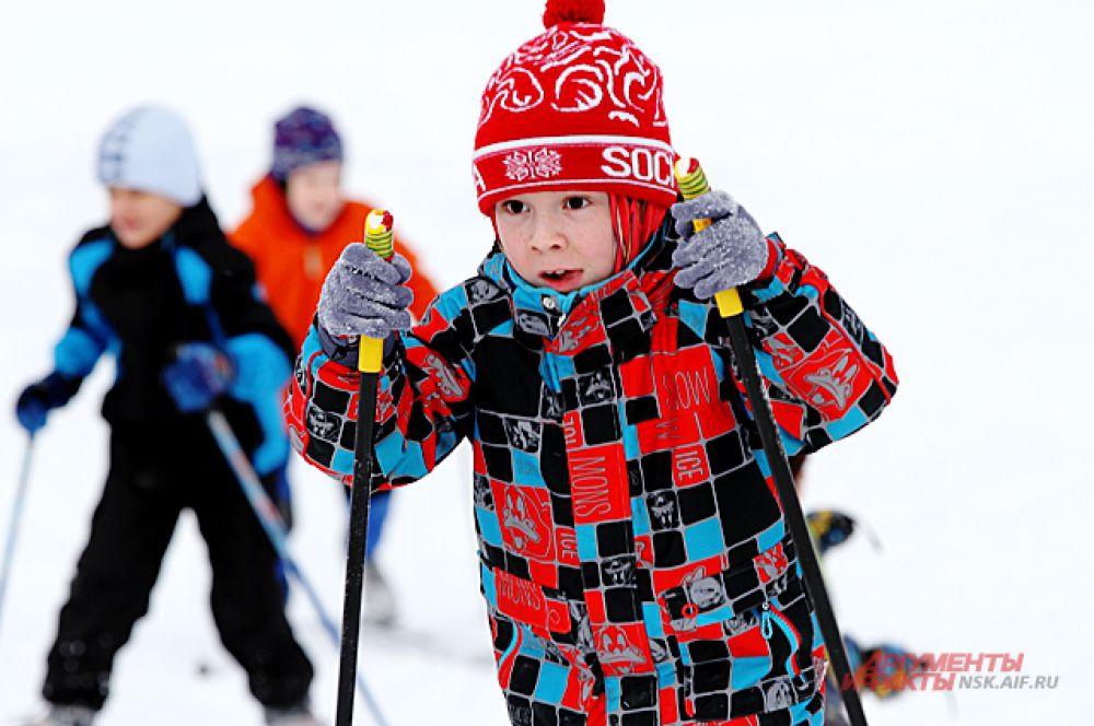 Спортивный праздник для детей организовал фонд чемпиона по биатлону Александра Тропникова.