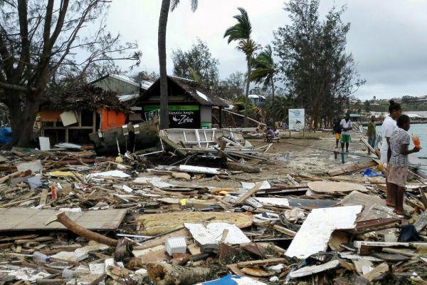 Циклон прошел недалеко от столицы Вануату Порт-Вила, где проживает более 45 тысяч человек. В результате чего разрушены здания, дороги и мосты. Обширная часть района затоплена.