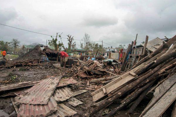 «Мы пока ввели чрезвычайное положение только для одной провинции, поскольку именно здесь находится правительство. У нас вообще нет никакой связи с другими провинциями, и мы не знаем, какая там ситуация. «Пэм» стал самым разрушительным циклоном в истории нашей страны», - заявил, министр земель и природных ресурсов Вануату Ральф Регенвану.