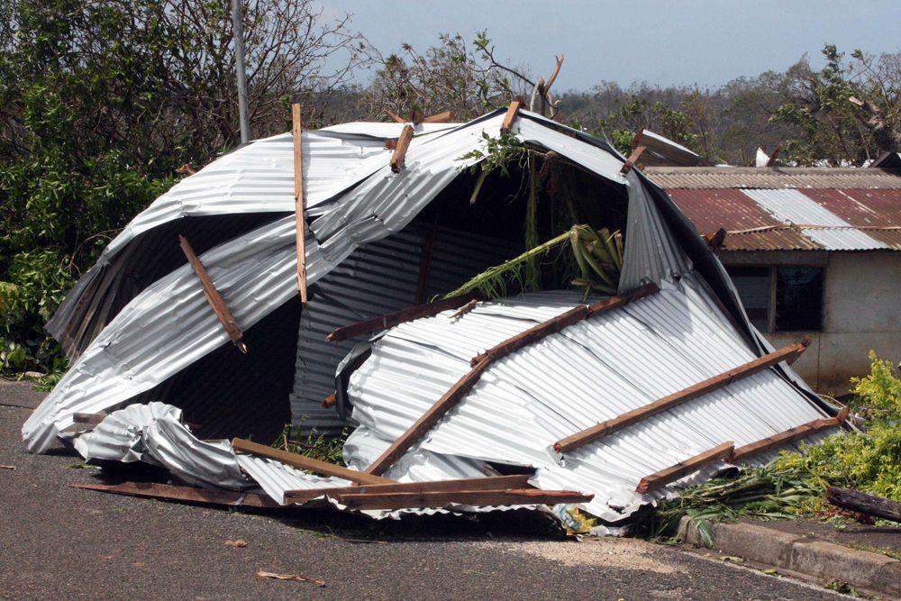 Порядка 90% домов жителей Порт-Вилы — столицы Вануату, в которой проживает примерно одна шестая от общего населения страны, — оказались затопленными и разрушенными.