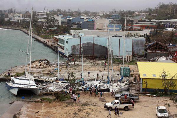 Ее доставили Австралийские и Новозеландский самолеты. На борту также спасатели и медики, они будут помогать справиться с последствиями урагана.