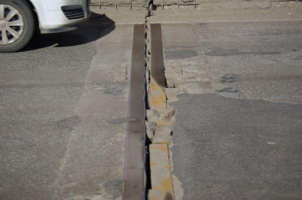 Северный мост. Стыки панелей местами не заполнены ничем