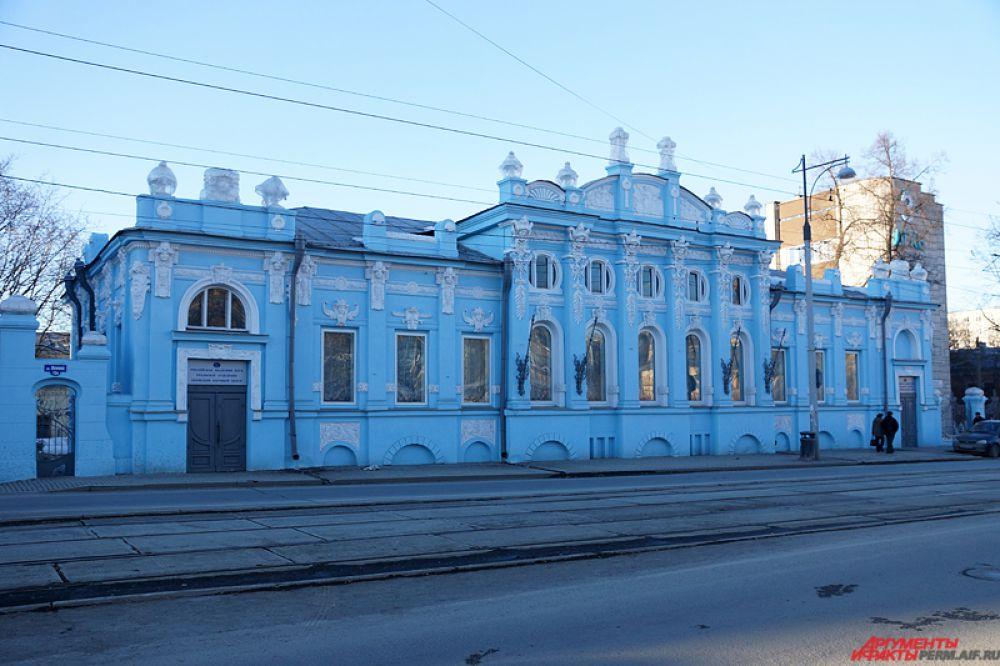 Считается, что дом Грибушина, построенный в 1907 году в стиле модерн, был описан Борисом Пастернаком в романе «Доктор Живаго», писатель называл его «дом с фигурами». Пермяки же его зовут «дом с ангелами» из-за украшений, лепнины и ярких барельефов в виде женских голов. Дом был отреставрирован в 2009 году. Адрес - ул. Ленина, 13а.