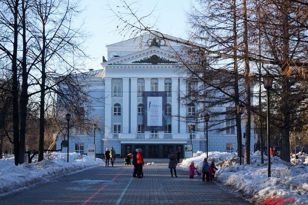 Пермский академический театр оперы и балета имени Чайковского - единственный театр России, где были поставлены все сценические произведения великого композитора. А в уютном сквере около здания расположился фонтан, восстановленный по чертежам начала прошлого столетия. Адрес - ул. Петропавловская, 25а.