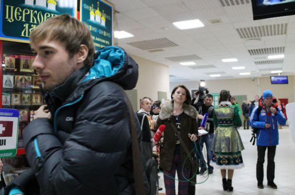 Антона Шипулина сперва не заметили, но затем за ним рванулась толпа журналистов...