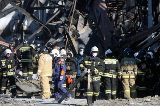 Сотрудники МЧС РФ во время разбора завалов на месте пожара в казанском ТЦ «Адмирал».