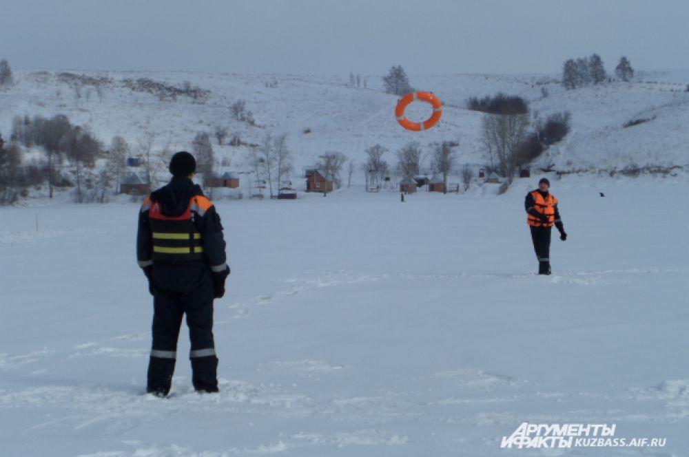 На Беловском водохранилище вообще-то небезопасно, можно и на льдине уплыть нечаянно. Но такое, как заверили спасатели, бывает примерно раз в шесть лет. Поэтому дежурство на чемпионате прошло в разминках и неспешных беседах.