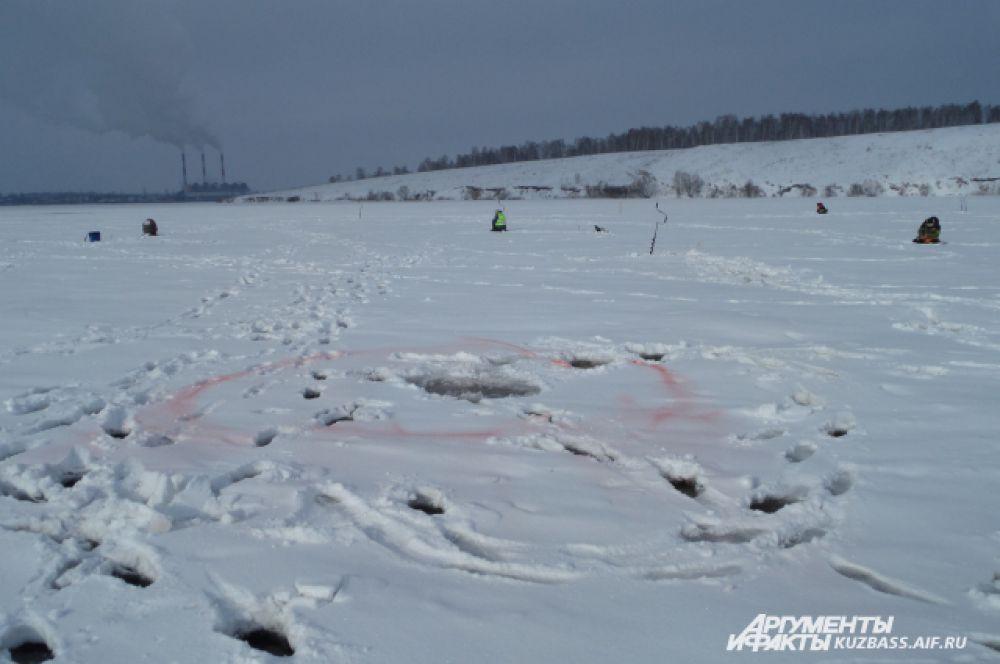 Лёд толщиной около 40 см оказался не таким крепким, как хотелось бы. Промоины, в которые кто-то уже угодил, обозначали красной аэрозольной краской.