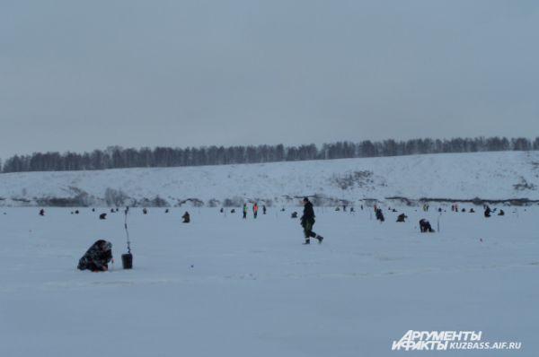 Чемпионат длился два дня: с 10 утра все выходили на лёд, чтобы три часа в напряжённом молчании заниматься спортом.