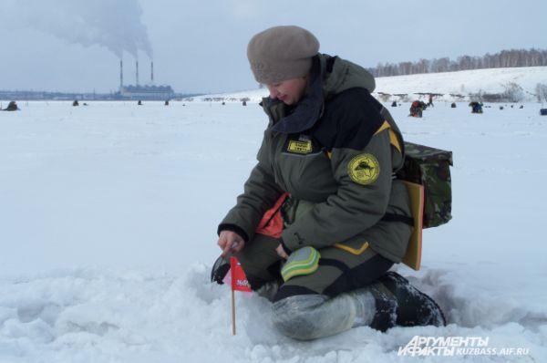 Женщины на зимней рыбалке уже не редкость.