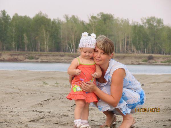 Участник №8. Лилия Новикова - мать пятерых детей - с одной из дочерей.
