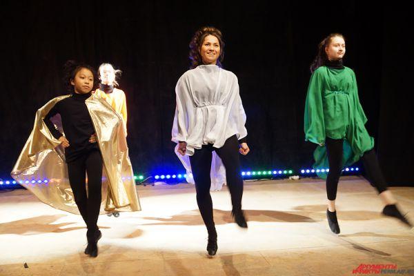Отличительной особенностью ирландских сольных танцев является практически неподвижный корпус с руками, опущенными вниз, и четкие, быстрые движения ногами.