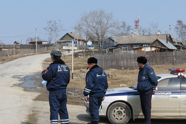 Полицейские работают в районе поисков.