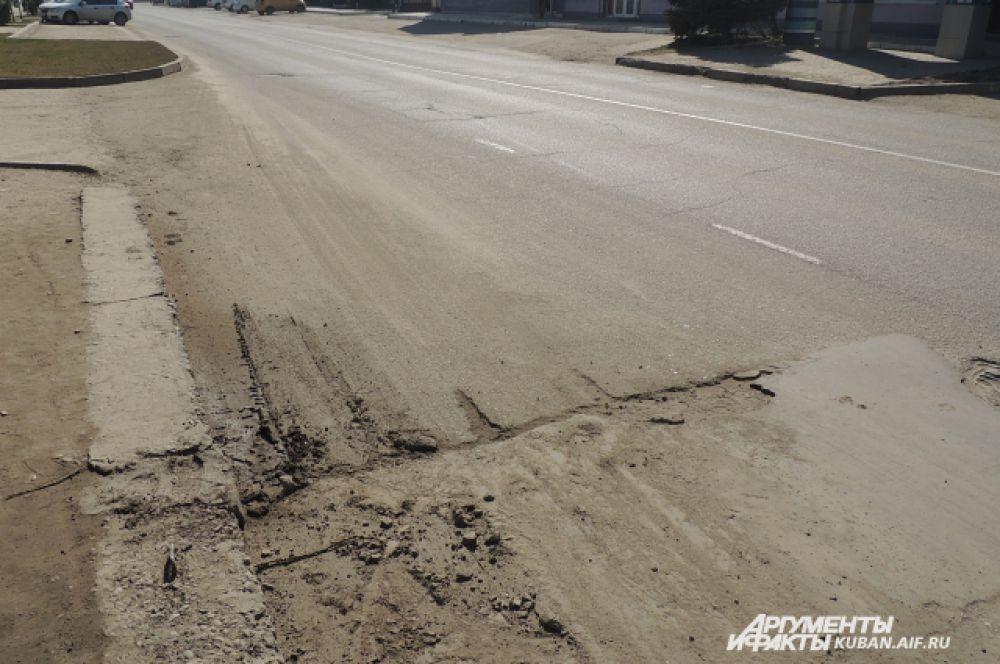 Неровности на дорожном полотне прямо возле одного из крупнейших торговых центров Краснодара (улица Уральская).)