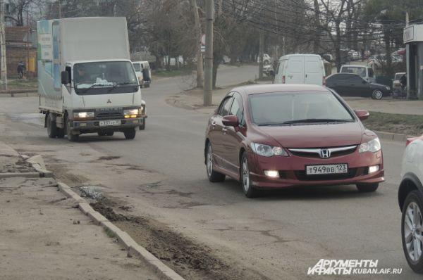 Улица Новороссийская также вся в ямах.
