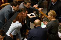 Лидер партии «Батькивщина» Юлия Тимошенко (справа) на заседании Верховной рады Украины.
