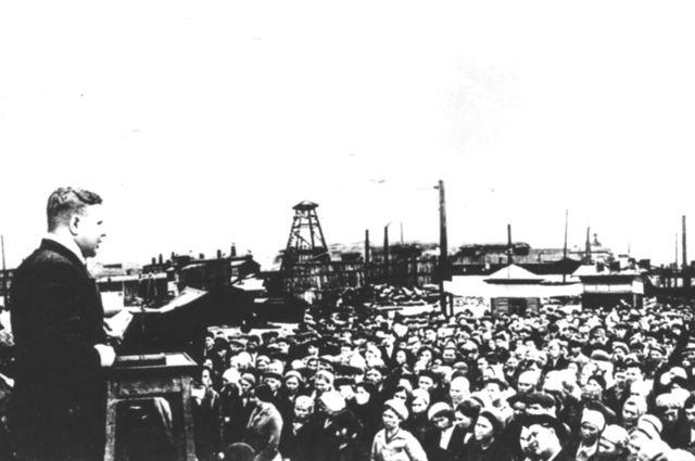 Рабочие омского завода на митинге, посвящённому началу войны. 23 июня 1941 г.