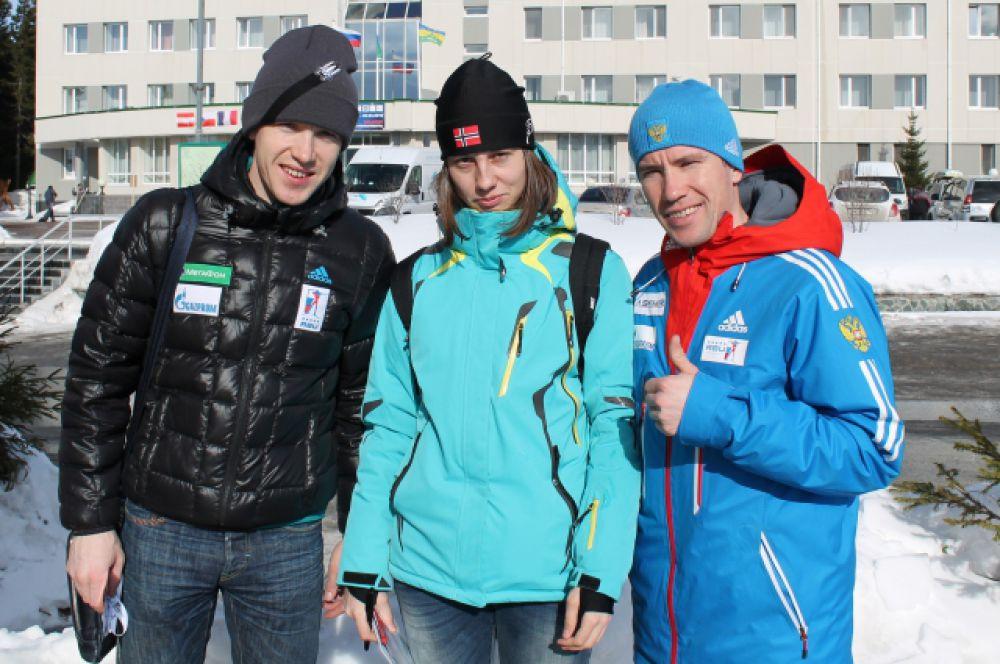 С утра болельщицы ловили спортсменов в биатлонном центре для совместного фото и автографа.