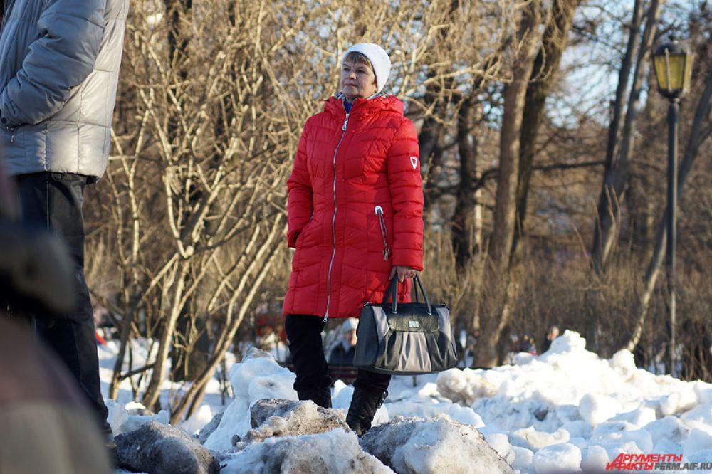 Некоторые люди взбирались на снежные кучи - оттуда было удобнее смотреть на сцену.