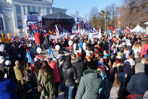 Митинг-концерт, посвященный годовщине воссоединения Крыма с Россией, состоялся вечером в среду, 18 марта, в сквере у Пермского театра оперы и балета.