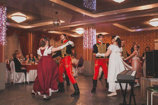 Так танцевали полонез два века назад.