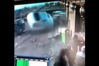 Автомобиль буквально взлетает в воздух от удара о кафе.