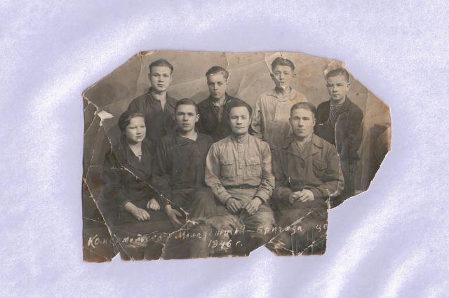 Комсомольско-молодёжная бригада, в составе которой работала Анастасия Лепаева (крайня слева в первом ряду).