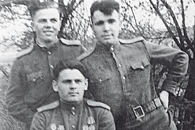 А. Артёменко (внизу) с сослуживцами.