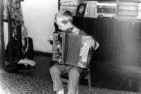 """Миша и Алеша с детства """"пиликали"""" на дедушкином аккордеоне."""