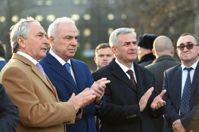 Глава Адыгеи Аслан Тхакушинов (в центре) и президент Абхазии Рауль Хаджимба (справа).