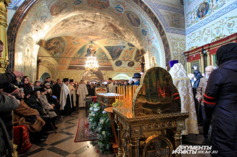 Гроб с телом Распутина выставили в главном приделе храма.