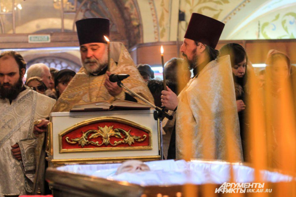 Похоронен писатель на территории монастыря.