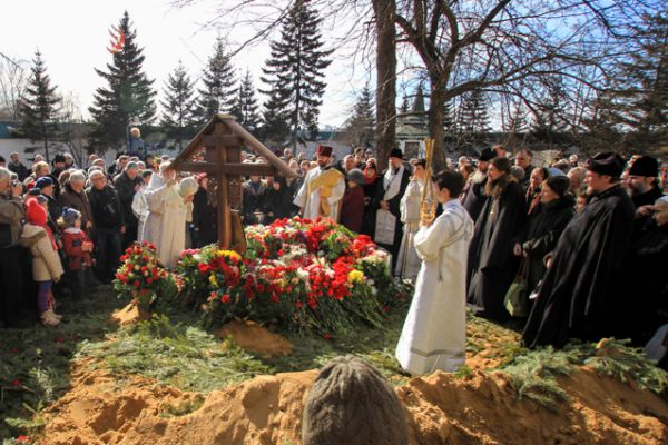 На могиле установили большой деревянный крест.