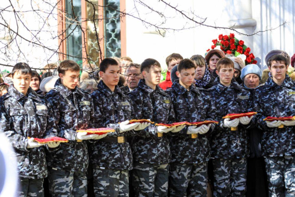 Курсантам иркутского кадетского корпуса доверили награды Влентина Распутина.