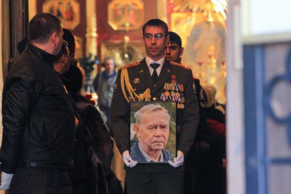 После траурной панихиды состоялся вынос гроба из Знаменского собора.