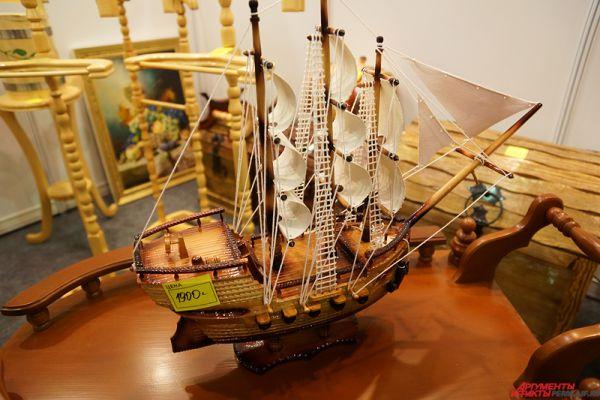 На выставке представлены и сувенирные изделия.