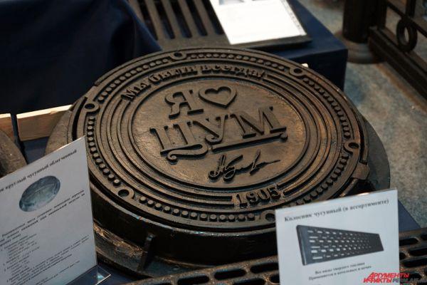 Металлический люк с любой гравировкой стоит от 3 тысяч рублей.