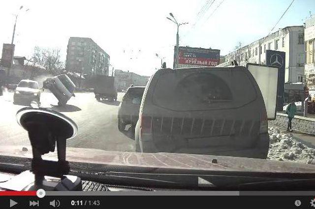 Момент переворота автомобиля.