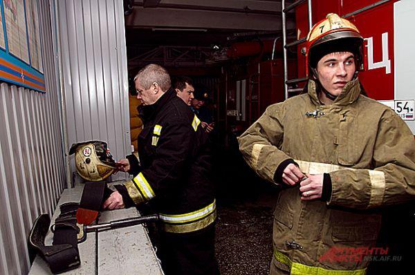 Тишина и покой в пожарной части нарушаются, когда поступает сигнал о вызове на пожар.