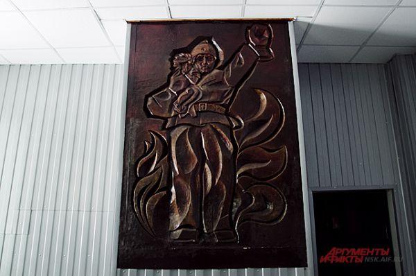 А стены украшают героические картины.